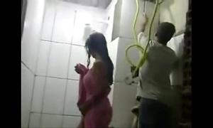 Downright - esposa safada toma banho na frente dos pedreiros enquanto marido trabalha