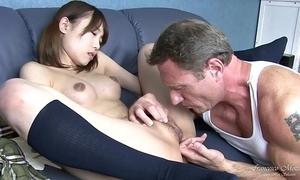 Giovane studentessa giapponese squirta mentre viene scopata per poi ricevere la sborra sulla sua figa pelosa