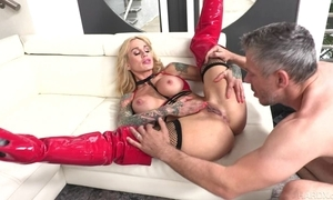 Tattooed MILF to beamy honkers receives will not hear of perforated slit drilled